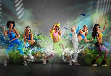 woman fitness: Un groupe de danseur moderne avec effet de mouvement