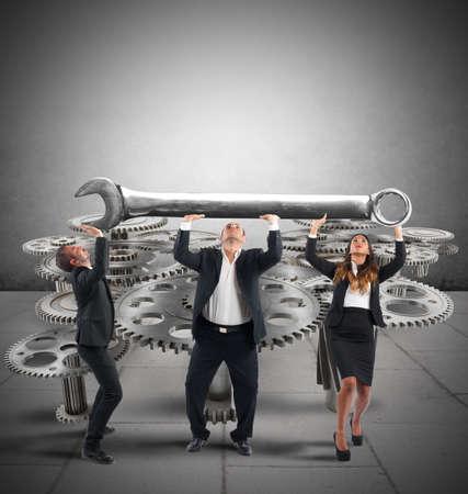 mecanica industrial: Equipo de negocios hace que el mantenimiento de un sistema de engranajes