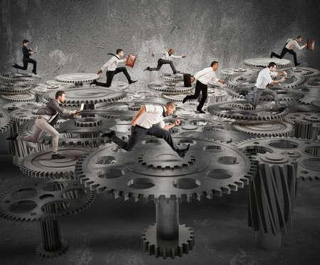 travail d équipe: Les gens d'affaires en cours d'exécution sur un système de mécanisme