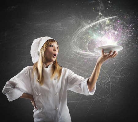 magia: Cozinheiro chefe bonito que prepara uma receita m