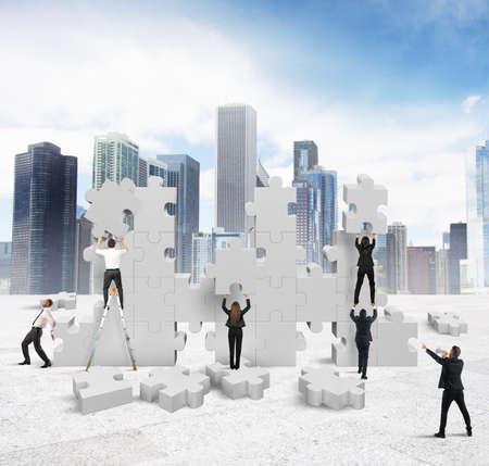 � teamwork: Gente di affari che costruisce insieme una nuova societ�