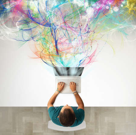 technologie: Entreprise créative l'homme d'affaires qui travaille avec un ordinateur portable