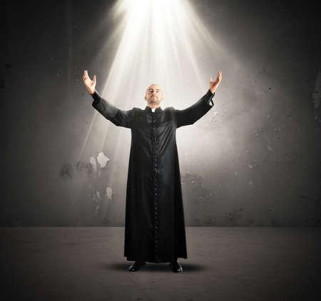 Venida del Espíritu Santo a un sacerdote Foto de archivo - 32267820