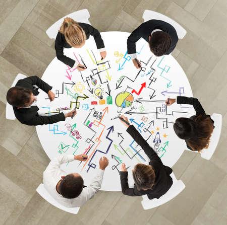 planung: Teamwork der Geschäftsleute, die auf einem neuen kreativen Projektarbeiten