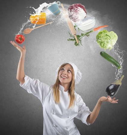 kitchen tools: Juggler kok spelen met een paar ingrediënten en keukengerei Stockfoto