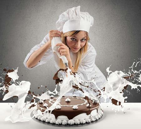 Banketbakker bereidt een cake met slagroom en chocolade