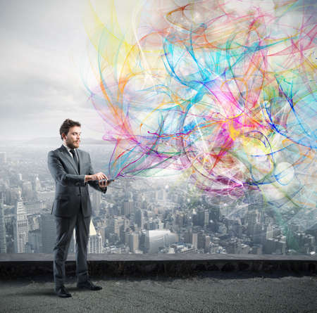 Creative Technology-Konzept mit einem Geschäftsmann, der mit einem Tablett funktioniert