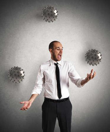 conceito: Conceito de difícil negócios com um empresário malabarista