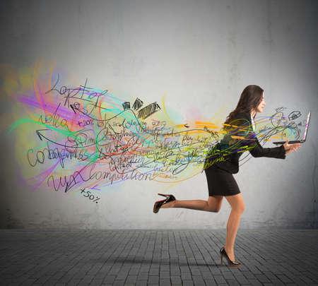 gente corriendo: Empresarias corren con sus proyectos en la computadora port�til Foto de archivo