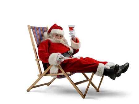 weihnachtsmann lustig: Funny Santa Claus entspannt mit einem Drink