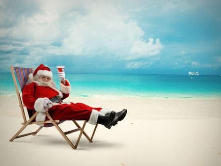 weihnachtsmann lustig: Weihnachtsmann entspannt in einem Liegestuhl am Strand