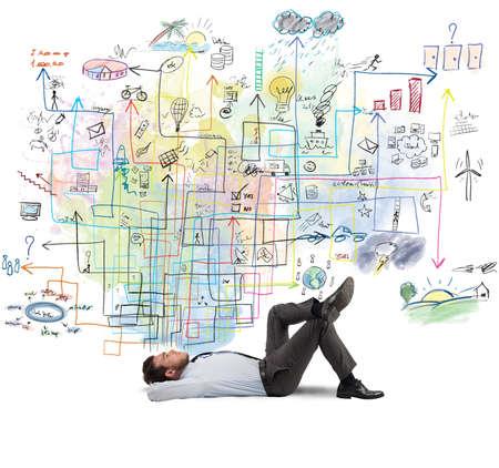 idée: Homme d'affaires pense à un nouveau projet de création