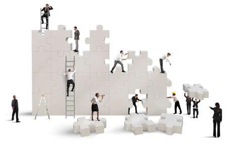 woman issues: Equipo de negocios construye una nueva empresa con rompecabezas