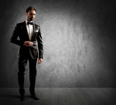 classic: Un empresario vistiendo un elegante esmoquin negro