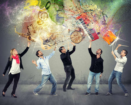 instrumentos musicales: M�sicos seleccionan sus instrumentos en el aire