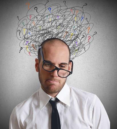 interrogative: Un hombre de negocios estresado y confundido por trabajo Foto de archivo