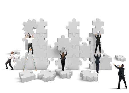 mujeres juntas: La gente de negocios se basa en conjunto una nueva empresa
