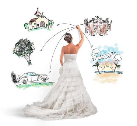 Una donna organizza il suo matrimonio con una bozza di progetto