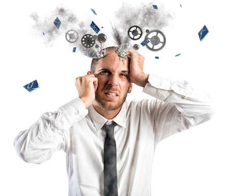 Stress explosie concept met uitgeputte zakenman