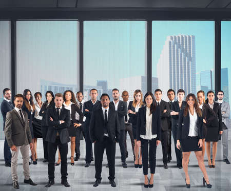 företag: Business team som arbetar tillsammans i en skyskrapa