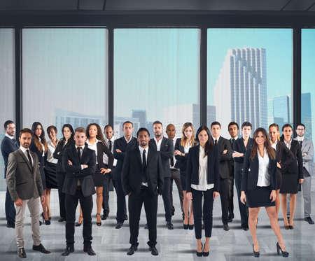 recursos financieros: Equipo de negocios trabajando juntos en un rascacielos Foto de archivo
