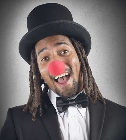 nariz roja: Payaso elegante sonr�e con la nariz roja