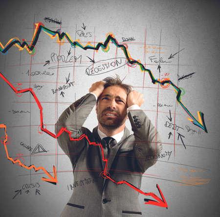Zakenman uitgevoerd door de financiële ineenstorting benadrukte Stockfoto