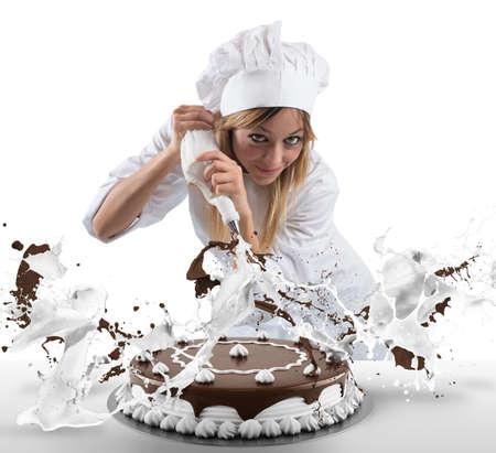 Banketbakker bereidt een taart met slagroom en chocolade Stockfoto