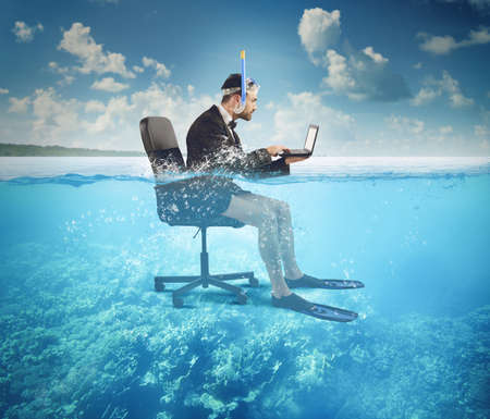 사업가, 심지어 바다에서 휴가 작업 스톡 콘텐츠