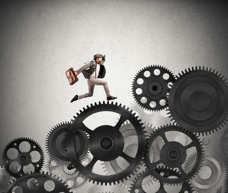 Zakenman moeilijk carrière in een mechanisme systeem