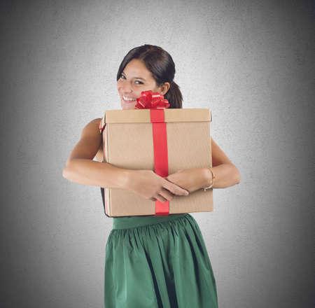 weihnachtsmann lustig: Gl�ckliches M�dchen empf�ngt und umfasst ein gro�es Geschenk