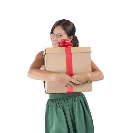 caras emociones: La muchacha feliz recibe y abraza un gran regalo