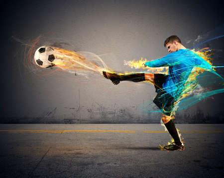 futbolista: Un jugador de fútbol lanza bolas de fuego a los opositores Foto de archivo
