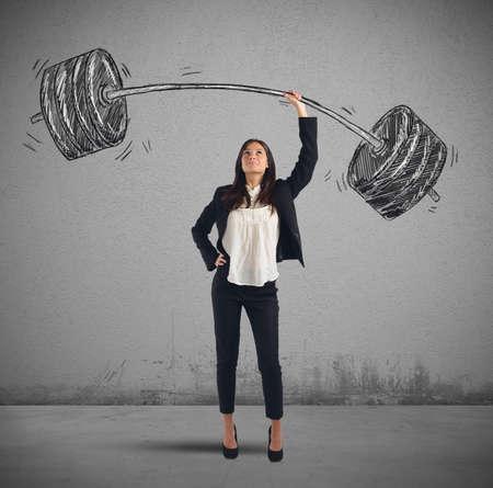 fitnes: Businesswoman rozwiązuje lekko każdą pracę wagi