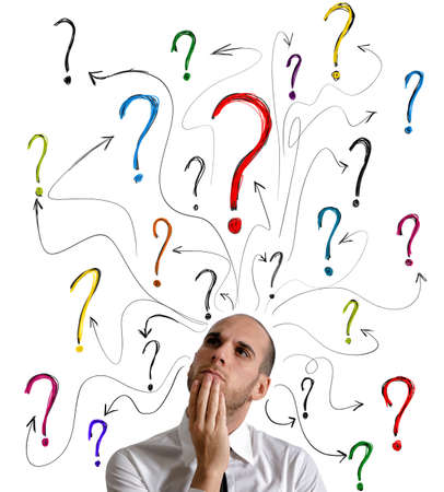 interrogativa: Un hombre de negocios consigue preguntas sobre su trabajo