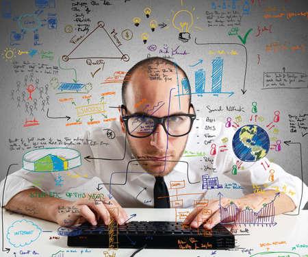 Zakenman het controleren van statistieken en diagrammen op pc