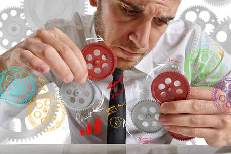 work tools: El hombre de negocios para construir un sistema con engranajes