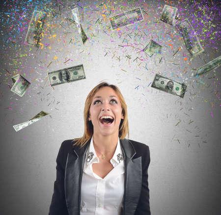 happiness: Feliz de negocios han ganado mucho dinero