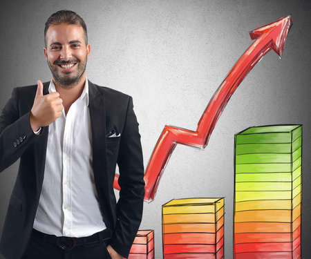 productividad: Sonriente hombre de negocios logró ganancias por sus inversiones Foto de archivo