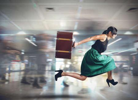 Vrouw loopt laat om het vertrek van de vlucht Stockfoto