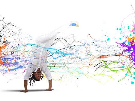 pies bailando: Hombre brasileño vestido de blanco bailando capoeira