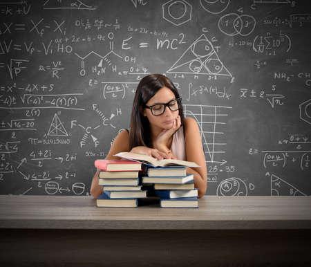 Mladý učitel koncentrovaný čtení knihy