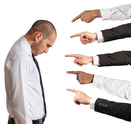 desconfianza: Empresario acusado con las manos que indican