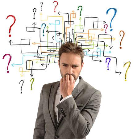 De zakenman denkt aan oplossingen voor zijn twijfels