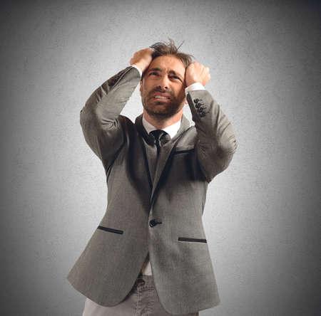 desperate: Hombre de negocios tensionado y desesperado por sus problemas Foto de archivo