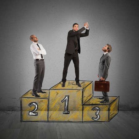 Obchodní lidé závidět podnikatel přišel k úspěchu
