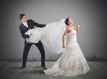 Man trekt de sluier aan de bruid