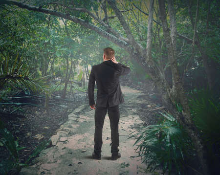 concept: Uomo confuso si perde nella foresta
