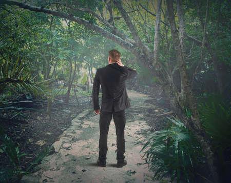 Verwarde man is verloren in het bos Stockfoto