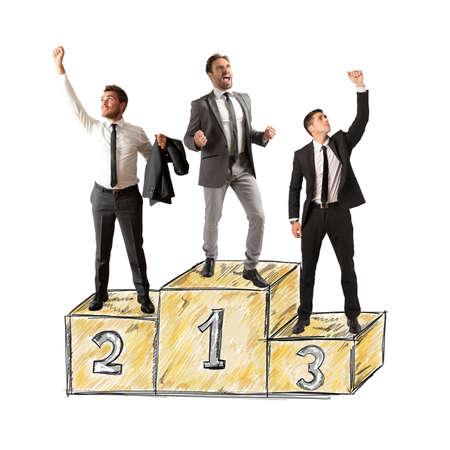 La gente de negocios animando a su gran éxito